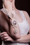 Ciérrese para arriba en las manos de la mujer con joyería de lujo del vintage Foto de archivo libre de regalías