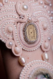 Ciérrese para arriba en las manos de la mujer con joyería de lujo del vintage Imágenes de archivo libres de regalías