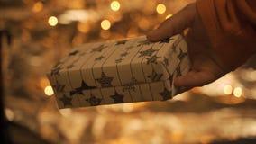 Ciérrese para arriba en las manos del hombre que le dan un regalo de la Navidad amó uno almacen de video