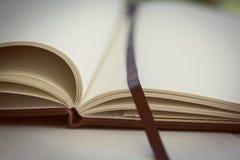 Ciérrese para arriba en las páginas abiertas del libro entonado Fotos de archivo libres de regalías