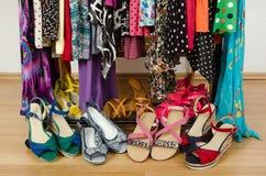 Ciérrese para arriba en las sandalias del verano en un guardarropa Fotos de archivo libres de regalías