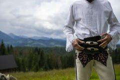 Ciérrese para arriba en las tradiciones de la ropa del montañés, versión masculina imagenes de archivo