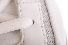 Ciérrese para arriba en los cordones de un zapato de baloncesto Imagen de archivo