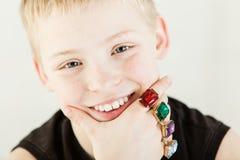 Ciérrese para arriba en muchacho feliz con los anillos grandes Foto de archivo