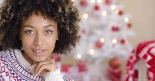Ciérrese para arriba en mujer feliz cerca del árbol de navidad almacen de metraje de vídeo
