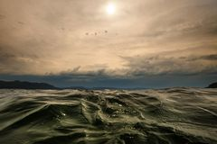 Ciérrese para arriba en superficie ondulada del agua Fiord noruego imagen de archivo