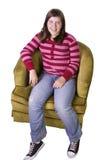 Ciérrese para arriba en un adolescente lindo que se sienta en el sofá Imagen de archivo