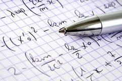 Ciérrese para arriba en un ejercicio de la matemáticas y una pluma imagen de archivo