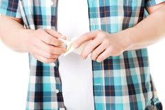 Ciérrese para arriba en un hombre que tiene rotura que fuma Imágenes de archivo libres de regalías