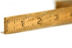 Ciérrese para arriba en una cinta/una regla de medición viejas Imagen de archivo