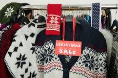 Ciérrese para arriba en una muestra grande de la venta de la Navidad para la ropa del invierno Foto de archivo
