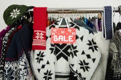 Ciérrese para arriba en una muestra grande de la venta para la ropa del invierno Fotografía de archivo libre de regalías
