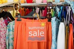 Ciérrese para arriba en una muestra grande de la venta para la ropa del verano Fotos de archivo