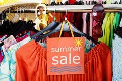 Ciérrese para arriba en una muestra grande de la venta para la ropa del verano Fotos de archivo libres de regalías