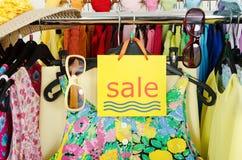 Ciérrese para arriba en una muestra grande de la venta para la ropa del verano Fotografía de archivo libre de regalías