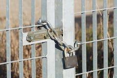 Ciérrese para arriba en una puerta y una cadena de cerradura Fotografía de archivo libre de regalías