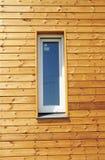 Ciérrese para arriba en ventana plástica del PVC en nueva pared de madera pasiva moderna de la fachada de la casa Imagen de archivo