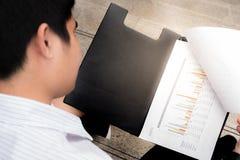 Ciérrese para arriba, hombre de negocios que trabaja en la carta de papel, concepto del negocio Fotografía de archivo