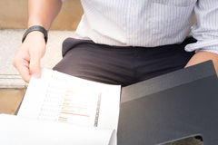 Ciérrese para arriba, hombre de negocios que trabaja en la carta de papel, enfoque en la carta, ha Fotografía de archivo