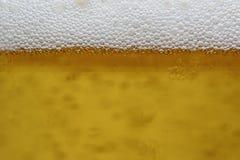 Ciérrese para arriba, las burbujas de la cerveza del fondo Foto de archivo