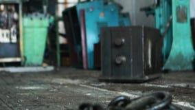 Ciérrese para arriba para las cadenas negras hechas del hierro en el taller y el fondo industrial de diversas máquinas-herramient almacen de video