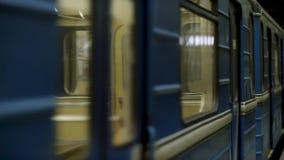 Ciérrese para arriba para las ventanas del carro subterráneo en la estación de metro, lazo inconsútil Ventanas móviles de un metr metrajes