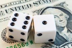 Ciérrese para arriba, los dados blancos, dólar Imagen de archivo