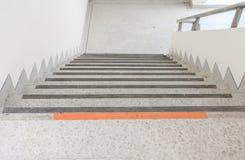 Ciérrese para arriba, manera abajo del piso del terrazo de las escaleras Imagen de archivo libre de regalías