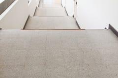 Ciérrese para arriba, manera abajo del terrazo de las escaleras, piso de mármol Fotos de archivo