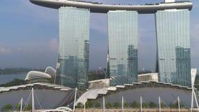 Ciérrese para arriba para Marina Bay Sands, Singapur y el paisaje urbano maravilloso en día soleado tiro Tres torres de Marina Ba almacen de video