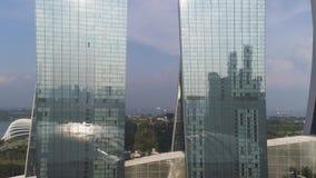 Ciérrese para arriba para Marina Bay Sands, Singapur y el paisaje urbano maravilloso en día soleado tiro Tres torres de Marina Ba almacen de metraje de vídeo