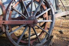 Ciérrese para arriba o resuma la rueda en la maquinaria agrícola antigua fotografía de archivo