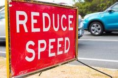 Ciérrese para arriba reducen la advertencia de la señal de tráfico de la velocidad Foto de archivo