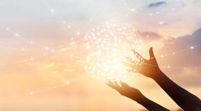 A ciência abstrata, circunda a conexão de rede global nas mãos