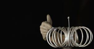 Ciência estranha Povos que tentam obter relâmpagos da eletricidade da bobina de tesla que entra em erupção faíscas e relâmpago da filme