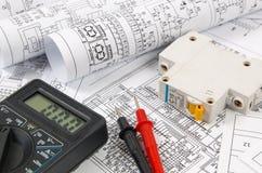 Ciência, tecnologia e eletrônica Desenhos de engenharia elétrica que imprimem com interruptor e mulyimeter Colaborador científico imagens de stock