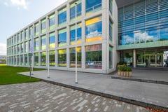 Ciências aplicadas que constroem com as janelas refletindo coloridas na louça de Delft, Países Baixos imagens de stock