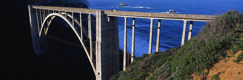 Ciò è il ponticello di Bixby che trasporta l'itinerario 1in la California del Nord È egualmente itinerario 1 egualmente è conosci immagine stock libera da diritti