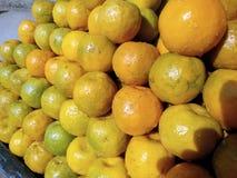 Ciò è l'immagine dei frutti arancio e di una certa acqua sull'arancia fotografia stock