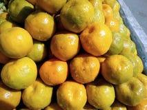 Ciò è l'immagine dei frutti arancio e di una certa acqua sull'arancia immagini stock