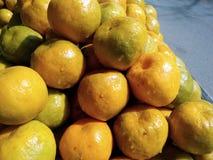 Ciò è l'immagine dei frutti arancio e di una certa acqua sull'arancia fotografie stock libere da diritti