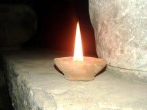 Ciò è l'immagine di una lampada che sta dando una luce gialla nella notte immagini stock