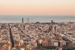 Ciò è la vista spettacolare di Barcellona, Spagna, al tramonto I sembrare iky che stupiscono con i colori della vaniglia immagine stock