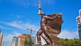 Ciò è un monumento del soldato ai liberatori della città dagli invasori fascisti nel hyperlapse del timelapse della seconda guerr stock footage