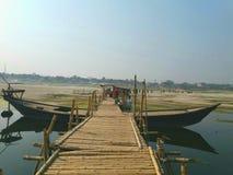Ciò è un ponte su un fiume Il ponte fatto da bambooe era asciutto fotografia stock libera da diritti
