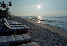 Tramonto hawaiano della spiaggia con le sedie fotografia stock libera da diritti