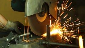 Ciąć metal części na tnącej maszynie i mnóstwo iskrach zbiory wideo