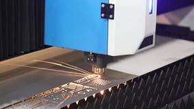 Ciąć metal Iskry latają od laseru zbiory