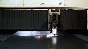 Ciąć metal Iskry latają od laseru klamerka Laserowa Tnącej maszyny technologia Przemysłowy Laserowy tnący przerób zdjęcie wideo