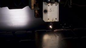 Ciąć metal Iskry latają od laseru klamerka Laserowa Tnącej maszyny technologia Przemysłowy Laserowy tnący przerób zbiory